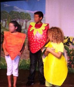 les enfants sont déguisés et chacun parle de l'aliment qu'il représente