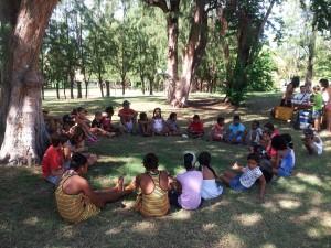 Photo des enfants lors du colloque : ils se préparent pour les activités