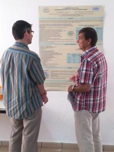 Photo du Professeur COUTANT et du Dr Guy CHAURAND échangeant sur le poster de REUNIR affiché au congré SFD 2013 à Montpellier.